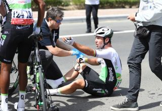 Abu Dhabi Tour – Η πτώση του Marc Cavendish από το αυτοκίνητο της διοργάνωσης