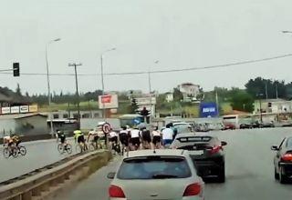 Γκρουπ από ποδηλάτες παραβιάζει ερυθρό σηματοδότη - Βίντεο
